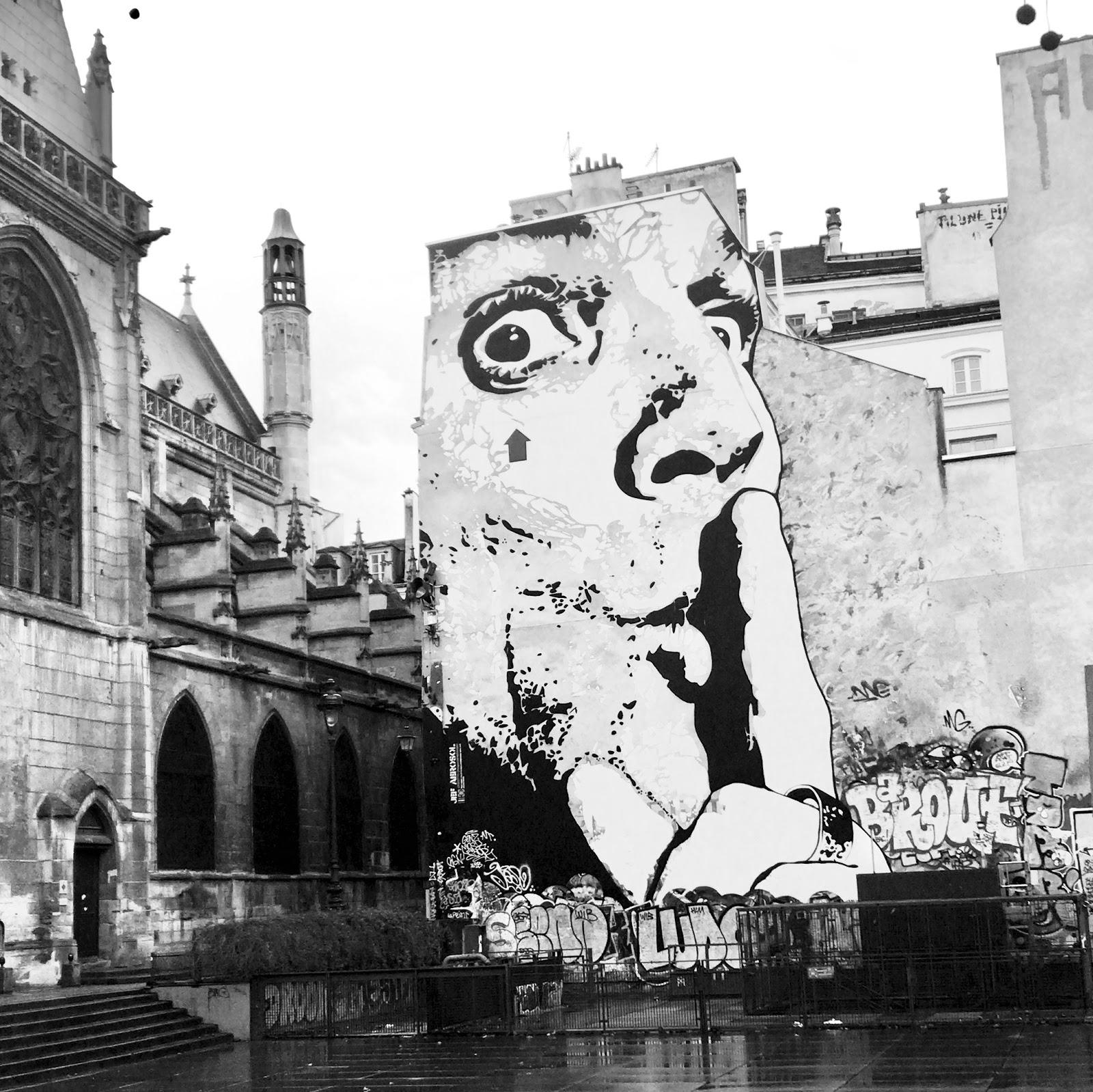 photo place à paris street art